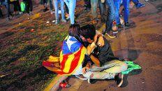 Sin consuelo. Una pareja se abraza luego de que el líder catalán dejara en suspenso la independencia.