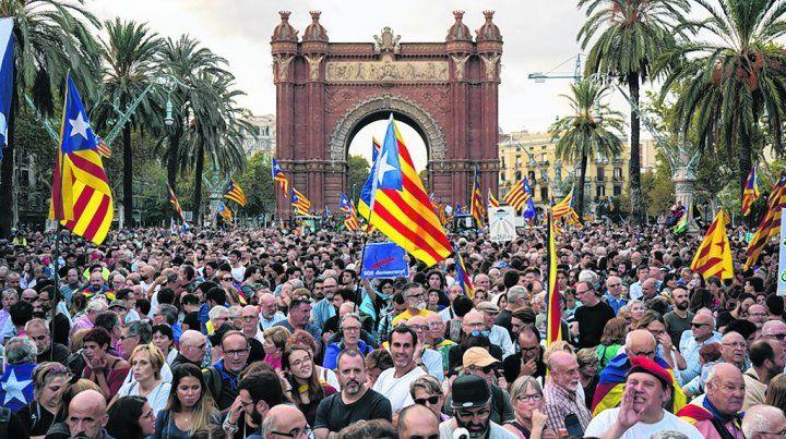 Tristeza. Independentistas siguen con atención el mensaje de Puigdemont