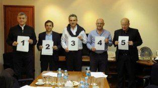Los candidatos firmaron el compromiso y sortearon su ubicación.