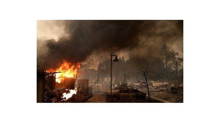 california. Unas 25 mil personas escaparon de las llamas y cinco mil se refugiaron en albergues