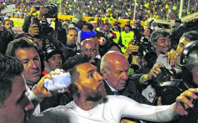 La más preciada. Messi está por arrojar su camiseta a la tribuna. El hincha que la atrapó se llevó el mejor trofeo.