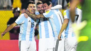 Goles son amores. Acuña y Di María abrazan a Messi. Benedetto se acerca a festejar.