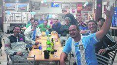 Los amigos del Zurdo. El bar del club Alumni de Casilda, repleto de seguidores.