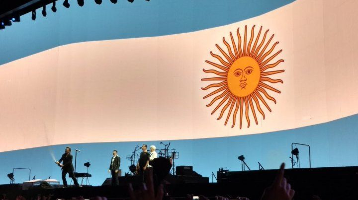 El público de U2 estalló con los goles del telonero Messi y Bono brindó con champagne