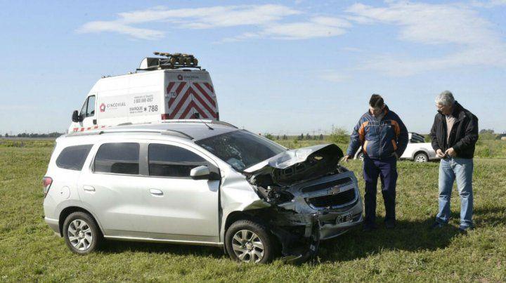 Uno de los vehículos terminó en el cantero central de la autopista.