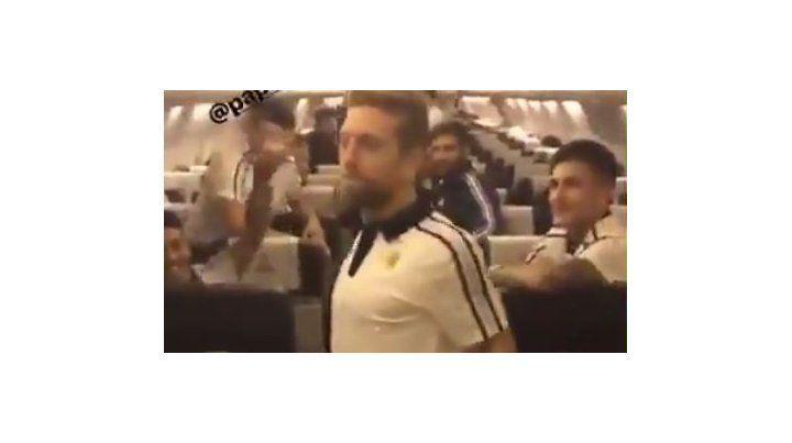 La selección llegó al país al ritmo del baile del Papu Gómez que animó el vuelo