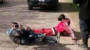 Los adolescentes quedaron tirados en el piso tras ser embestidos por la víctima del robo.
