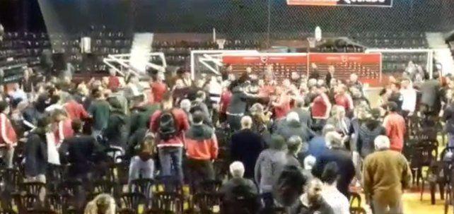 Los videos de las escenas de violencia que se vivieron en la asamblea de Newells