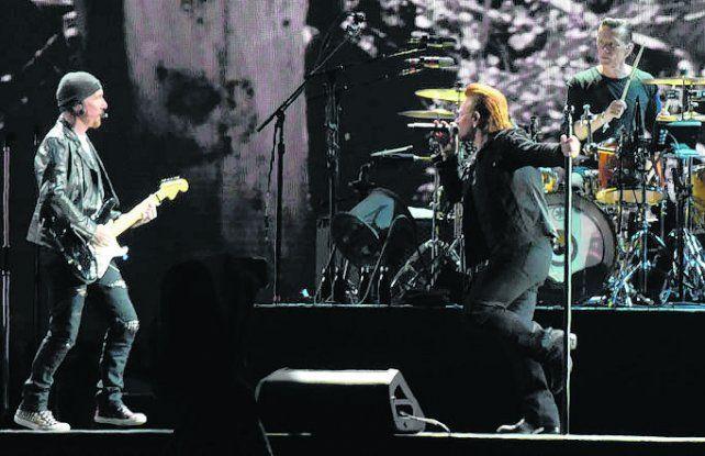 pilares. Bono y el guitarrista The Edge acaparan el centro de la escena.