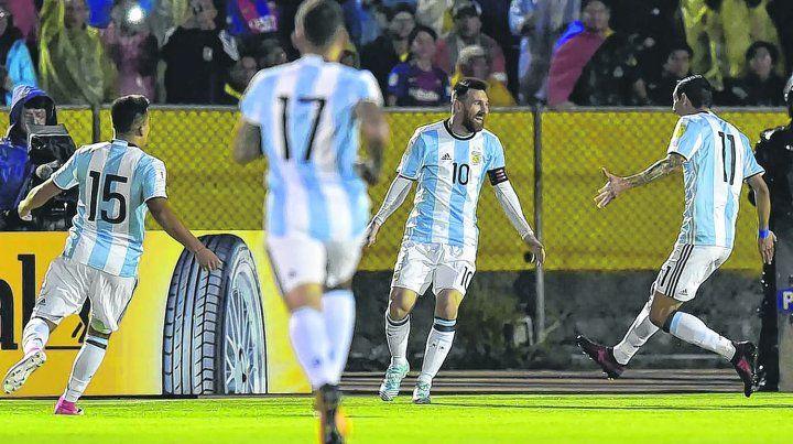Crack. Leo hizo un triplete en Ecuador. Acuña