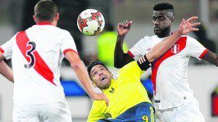 Quedó en el medio. Falcao charló con jugadores de Perú y quedó registrado en TV.