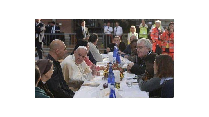 distendidos. Un momento de la comida desarrollada en la nave de la basílica de la Iglesia San Petronio de la ciudad de Bolonia.
