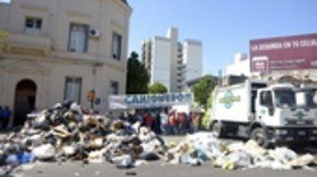 El lunes pasado, empleados de las firmas Clean City y Ambiental Planet arrojaron 24 toneladas de basura en la avenida Pellegrini.