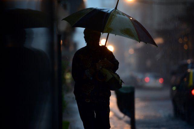 El jueves arrancó con lluvia. El mal tiempo estará presente todo el día.