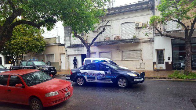 Allanamientos en la capital provincial vinculados a una banda que vendía drogas en la región