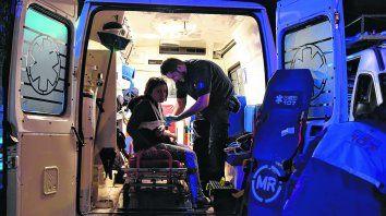 Cuidados. Los profesionales suelen pasar más tiempo arriba de las ambulancias que en sus casas. A veces el tiempo vuela, otras se hace extenso e interminable.