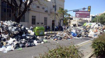 de no creer. Así quedó la esquina de Pellegrini y Ovidio Lagos el lunes pasado, cuando empleados de Clean City y Ambiental Planet arrojaron 24 toneladas de residuos en la calle.