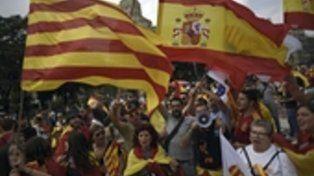 catalanes y españoles. En Barcelona las banderas españolas y las catalanas señeras se sumaron.