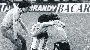 Tarantini y Fillol se abrazan ante la llegada de un hincha sin brazos.