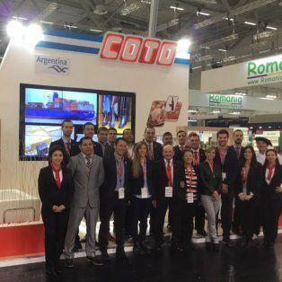 De gira. El empresario Alfredo Coto (primera fila, en el centro), el miércoles, en la feria mundial de alimentación Anuga, que se realiza en Alemania.