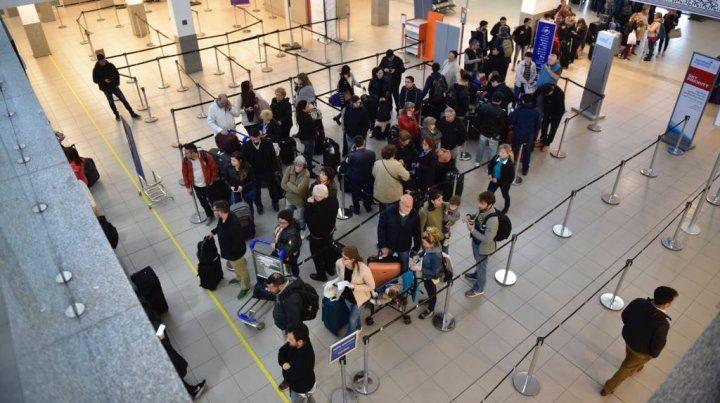 Los pasajeros en el hall central del Aeropuerto de Fisherton esta mañana