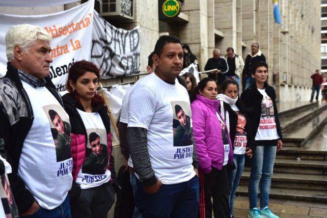 Familiares deEmanuel Medina y David Ezequiel Campos durante la protesta de hoy frente a Tribunales.