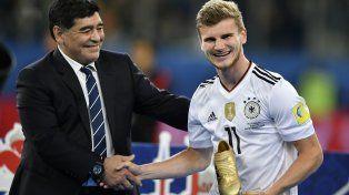 Werner recibe de manos de Maradona el Botín de Oro en la final de la última Copa de Federaciones de este año.