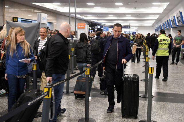 El público llegó a la terminal con los pasajes comprados y desde temprano a la mañana se sorprendió con la medida de fuerza.