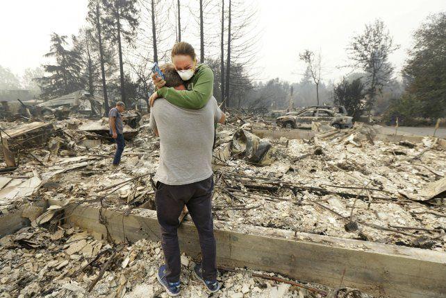 Devastación. Todd Caughey y su hija donde antes estaba su vivienda.
