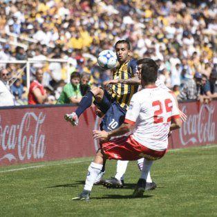 Gustavo Colman maniobra ante la marca de Laso.