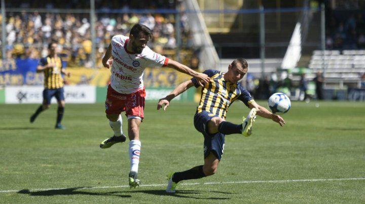 Marco Ruben no alcanza a conectar bien el balón.