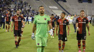 Guevgeozian, Pocrnjic, Figueroa y Bianchi se retiran del campo de juego del Amalfitani. Newells mostró una muy pálida imagen y Vélez le ganó muy bien.