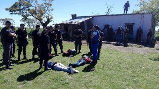 Los detenidos. Dos hombres y dos mujeres, una menor de edad, fueron arrestados por el hecho.