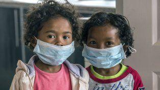 Cuidado. Dos niños con barbijos en una escuela de Antananarivo.
