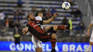Busca dominarla. El armenio Mauro Guevgeozian ensaya una chilena ante un rival velezano.