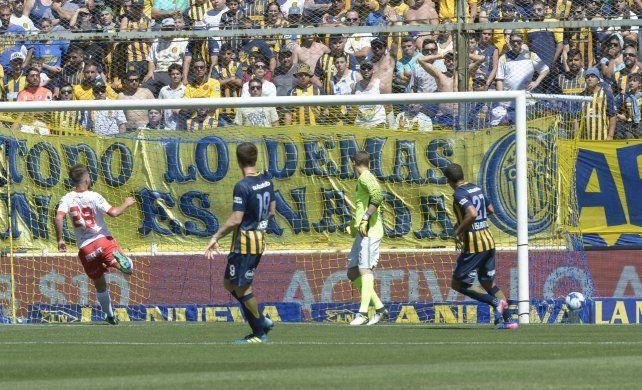 Impotencia. El Ruso Rodríguez observa otra vez la pelota dentro de su arco. Central volvió a fracasar rotundamente en el retroceso.