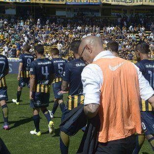 Montero y los jugadores emprenden la retirada del campo de juego. El canalla otra vez decepcionó.