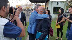 la ronda de los abrazos entre candidatos rompio el hielo en la previa del debate
