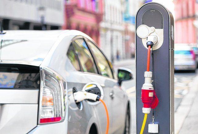 enchufados. El uso de vehículos eléctricos tiene como objetivo principal contribuir a la reducción de la contaminación ambiental.
