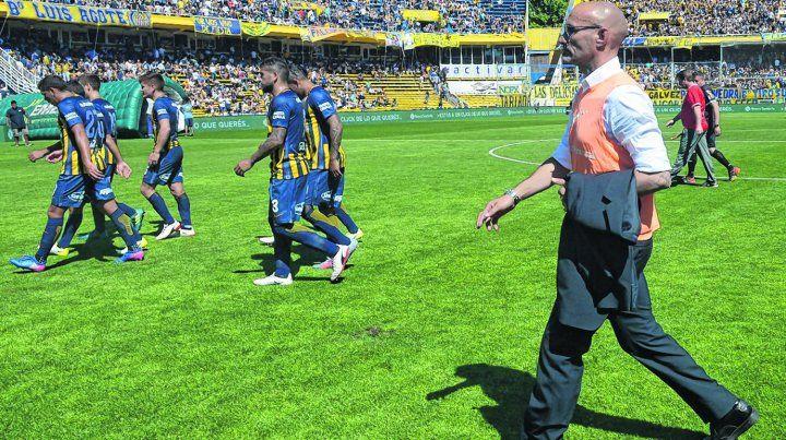 Una postal. Montero y los jugadores caminan hacia el vestuario al término del primer tiempo. En el complemento el equipo no encontró las respuestas necesarias.