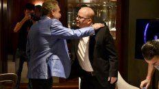 abrazos. Rossi y Contigiani se saludaron a minutos del duelo televisivo.
