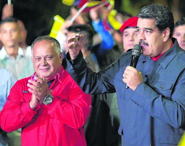 ¿victoria? Maduro y Diosdado Cabello al celebrar la presunta victoria. Maduro ordenó una auditoría electoral.