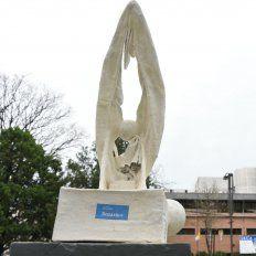 La estatua fue ubicada en la plazoleta frente a la UCA.