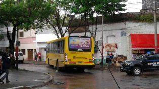 Así quedó el colectivo tras impactar contra un camión en Gálvez y Santiago.