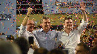 Tras el discurso. Macri posó junto a Cantard y López Molina, los candidatos locales de Cambiemos.