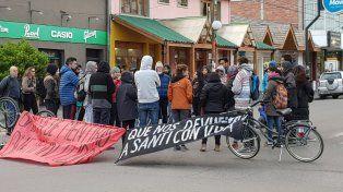 Protesta frente al juzgado de Esquel tras el hallazgo de un cuerpo en el río Chubut