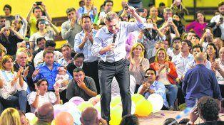 estética pro. Macri, ayer en Rosario, en una pose efusiva ante un estadio cubierto del club Provincial repleto.