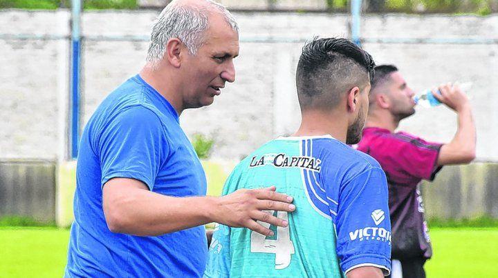 Siempre activo. Marcelo Vaquero da indicaciones. El entrenador vive de pie casi los 90 minutos.