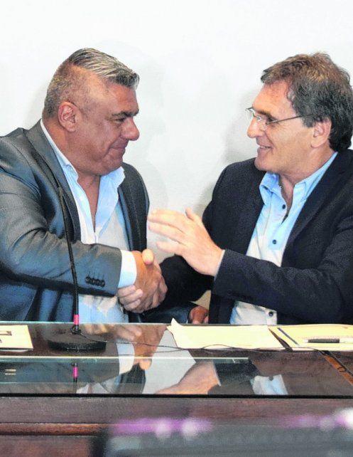 Convenio. Tapia y Avruj sellaron el acuerdo con un apretón de manos.
