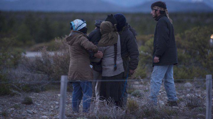 Integrantes de la comunidad mapuche de Cushamén al enterarse de la aparición de un cuerpo en aguas del río Chubut.